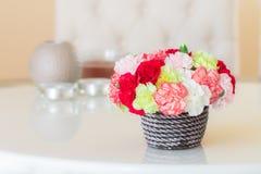 Красочные гвоздики в коричневой вазе Стоковая Фотография