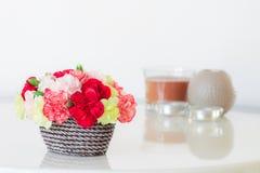 Красочные гвоздики в коричневой вазе Стоковые Изображения RF