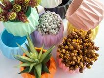 Красочные геометрические плантаторы Покрашенные конкретные баки для домашнего украшения стоковые фото