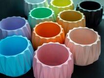 Красочные геометрические плантаторы Покрашенные конкретные баки для домашнего украшения стоковое фото rf