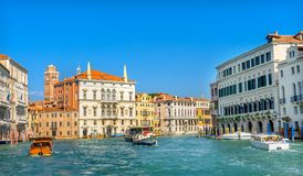 Красочные гондолы Венеция Италия парома шлюпок грандиозного канала Стоковое фото RF