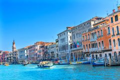 Красочные гондолы Венеция Италия шлюпок грандиозного канала Стоковые Изображения