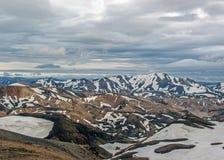 Красочные горы риолита покрытые со снегом в районе Jokultungur геотермическом, Laugavegur, заповеднике Fjallabak, гористых местно стоковые изображения