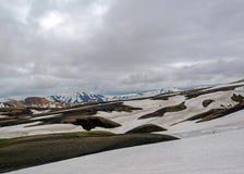 Красочные горы риолита покрытые со снегом в районе Jokultungur геотермическом, Laugavegur, заповеднике Fjallabak, гористых местно стоковые фото