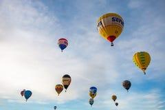 Красочные горячие воздушные шары летая, 6-ое января 2015 Mondovì Италия Стоковая Фотография