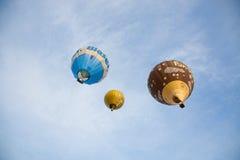 Красочные горячие воздушные шары летая, 6-ое января 2015 Mondovì Италия Стоковое Изображение RF