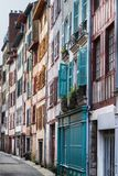 Красочные двери и штарки окна в Байонне Франции Стоковая Фотография
