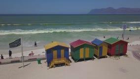 Красочные деревянные хижины пляжа на пляже Muizenberg сток-видео