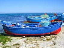 Красочные деревянные шлюпки на пляже Стоковое Фото