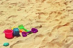 красочные дети игрушки с темой предпосылки песка винтажной стоковое изображение rf