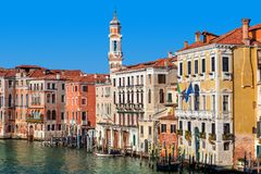Красочные дома вдоль грандиозного канала в Венеции Стоковое фото RF