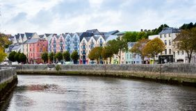 Красочные дома в пробочке, Ирландии стоковые фото