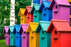 Красочные дома для птиц Красочные дома для птиц стоковое фото rf