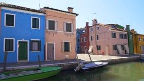 Красочные дома и канал в Burano, красивой архитектуре в Венеции, панораме сток-видео