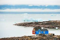 Красочные дома на береге Атлантического океана в Гренландии Стоковое Изображение RF