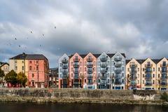 Красочные дома на береге реки пробочки Стоковое фото RF