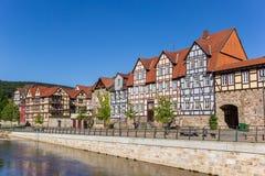Красочные дома на береге реки Фульды в историческом Hannoversch m Стоковое Изображение RF