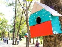 Красочные дома птицы в смертной казни через повешение парка на дереве, дом птицы были помещены на различные этапы лес birdhouse с Стоковая Фотография RF