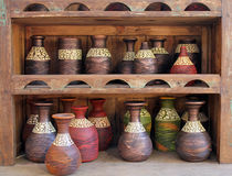 Красочные деревянные вазы на дисплее Стоковые Фото
