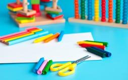 Красочные деревянные игрушки строительных блоков игрушки на сини Стоковые Фото
