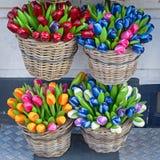 Красочные деревянные искусственные тюльпаны в корзинах Стоковые Изображения