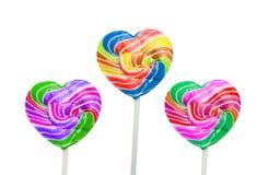 Красочные леденцы на палочке сердца изолированные на белизне Стоковые Фото