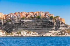 Красочные живущие дома на скалистом побережье, Bonifacio Стоковые Изображения RF