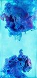 Красочные жидкости подводные Голубое и фиолетовое смешивание цветов Стоковые Изображения