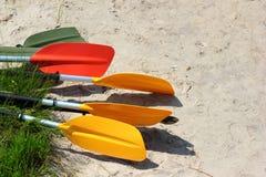 Красочные затворы и весла каяка на песчаном пляже Стоковое Изображение