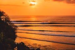 Красочные заход солнца или восход солнца с океаном и большим серфингом fo волн стоковые фото