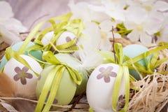 Красочные зеленые пасхальные яйца в соломе Стоковые Фотографии RF