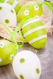 Красочные зеленые пасхальные яйца в соломе Стоковые Изображения