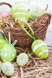 Красочные зеленые пасхальные яйца в соломе Стоковые Фото