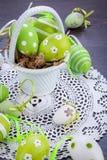 Красочные зеленые пасхальные яйца в соломе Стоковые Изображения RF