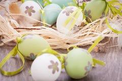 Красочные зеленые пасхальные яйца в соломе Стоковая Фотография RF
