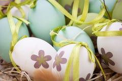 Красочные зеленые пасхальные яйца в соломе Стоковое Изображение