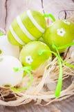 Красочные зеленые пасхальные яйца в соломе Стоковая Фотография