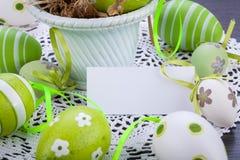Красочные зеленые пасхальные яйца в соломе Стоковое фото RF