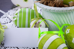 Красочные зеленые пасхальные яйца в соломе Стоковое Изображение RF