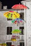 Красочные зонтики в воздухе установленном на сцене Стоковая Фотография RF