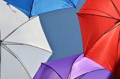 Красочные зонтики и небо в середине Стоковые Фотографии RF