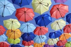 Красочные зонтики летая в голубое небо стоковое фото rf