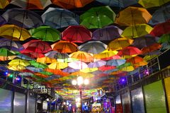 Красочные зонтики на ноче Стоковая Фотография RF