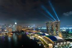 Красочные здание небоскреба Сингапура и лазер показывают в ноче a стоковое фото rf