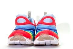 Красочные идущие ботинки на белой предпосылке, вид спереди стоковые фото