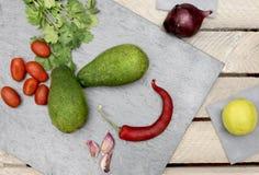 Красочные ингредиенты для здорового вегетарианского guacomole еды стоковая фотография rf