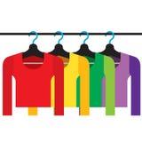 Красочные длинные рубашки рукавов с вешалками Стоковое Изображение