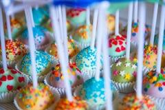 Красочные испеченные cakepops на белой деревянной предпосылке Стоковое фото RF
