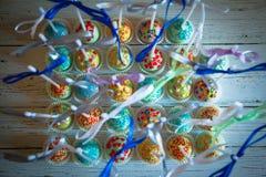 Красочные испеченные cakepops на белой деревянной предпосылке Стоковые Фото