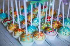 Красочные испеченные cakepops на белой деревянной предпосылке Стоковая Фотография RF